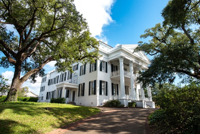 visiting antebellum houses on a relaxing us vacation in Mississippi